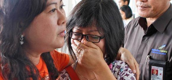 Familiares de las víctimas lloran por la desaparición del avión indonesio. Foto: AP.