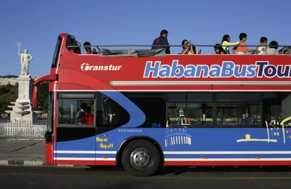 Bus turístico espera a los visitantes en La Habana Vieja. Foto Enrique de la Osa / Reuters.