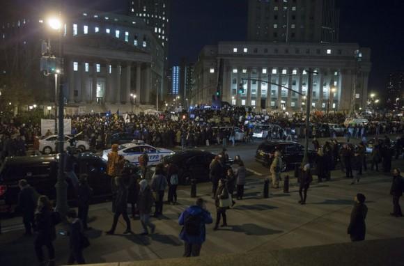 Cientos de manifestantes protestan este jueves, en la Plaza Floey de Nueva York después de que un gran jurado voto por no levantar cargos contra el oficial de policía que aplicó una llave de estrangulación a Eric Garner. (EFE.)
