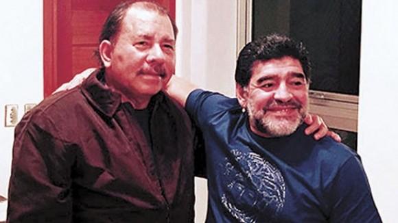 Daniel Ortega y Diego Armando Maradona. Cortesía Viva Nicaragua / END.
