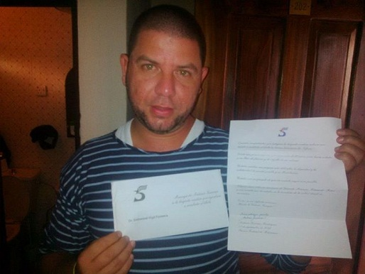 Desde Sierra Leona muestra con orgullo la carta enviada por Antonio Guerrero, uno de los cinco héroes cubanos presos en Estados Unidos