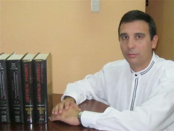 el Doctor Roberto Núñez Fernández,  especialista de primer grado en cirugía cardiovascular.