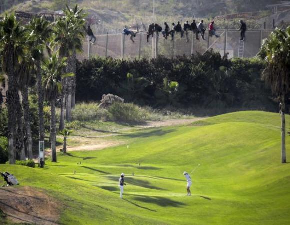 Durante la semana del 22 de octubre de 2014 dio mucho de qué hablar un lujoso campo de golf financiado con dos millones de euros de Fondos Europeos y ubicado en Melilla, a pocos metros de la frontera entre Marrueco