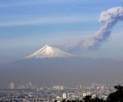 El volcán Popocatépetl mantiene una actividad con exhalaciones de vapor de agua y ceniza en las últimas 24 horas. Foto: Notimex.