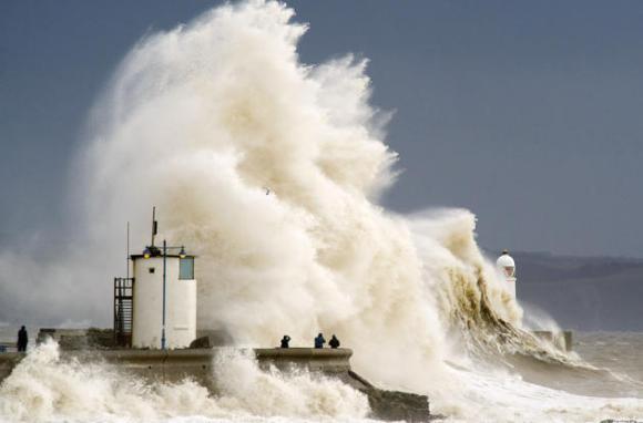 Espectadores observan el choque de las olas en el muelle de Porthcawl, durante una subida de la marea, el 5 de febrero de 2014, en Porthcawl, Reino Unido. Matthew HorwoodGetty Images