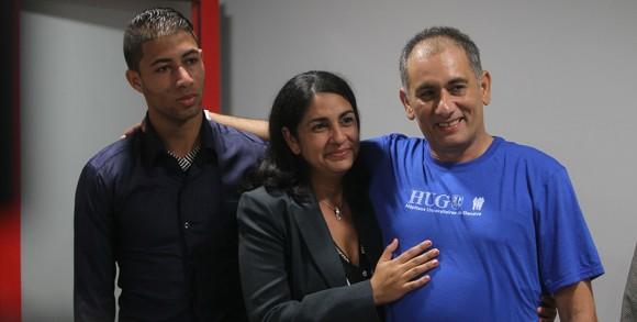 Félix Báez con su esposa y su hijo. Foto: Ismael Francisco/ Cubadebate