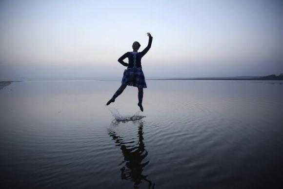 La bailarina escocesa de danza folklórica Mairie McGillivray de 16 años, baila en la playa en Bridgend mientras posa para una fotografía en la isla Hebridean de Islay este 11 de marzo de 2014. REUTERSPaul Hackett
