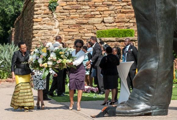 La viuda de Mandela, Graca Machel, deposita una corona de flores en la estatua que homenajea a Mandela. Foto: RTVE
