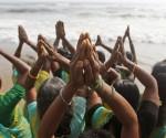 Mujeres indias rezan en la bahía de Bengala, en la conmemoración del décimo aniversario del tsunami de 2004, en Chennai, India. Foto Ap.