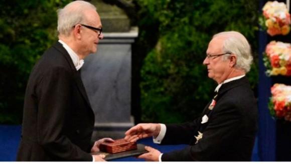 El rey de Suecia entrega el Nobel de Literatura a Patrick Modiano. Foto: EFE.