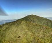 Fotografía aérea del Pico Cristal, accidente orográfico ubicado entre la Sierra de Nipe y las Cuchillas del Toa, en el macizo montañoso Nipe-Sagua-Baracoa, constituye la mayor altura de la actual provincia de Holguín, Cuba.  Foto: Juan Pablo Carreras / Cubadebate