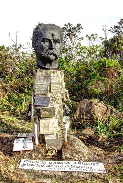 Busto al Mayor General Calixto García colocado en la cúspide del Pico Cristal. Foto: Juan Pablo Carreras / Cubadebate