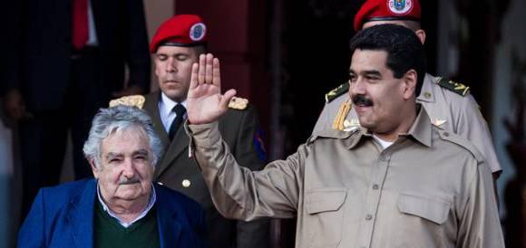 Los presidentes Nicolás Maduro, de Venezuela, y José Mujica, de  Uruguay, en Caracas, en noviembre de 2013. Foto: EFE (Archivo).