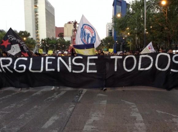 En la Ciudad de México, los contingentes avanzan por el Paseo de la Reforma, rumbo al Ángel de la Independencia.