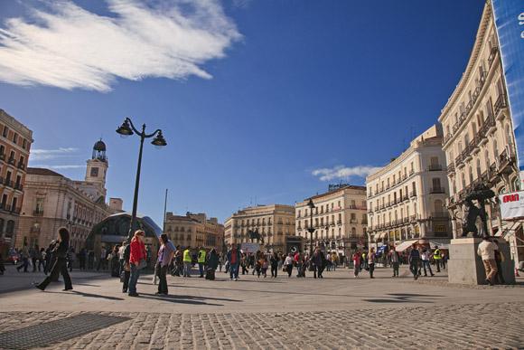 Vista de la plaza desde el inicio de la Calle de Alcalá.