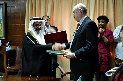 Rodrigo Malmierca, Ministro del Comercio Exterior y el Sr. Yousef Ibrahim Al-Bassam Director Director del Fondo Saudita para el Desarrollo