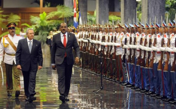 El General de Ejército Raúl Castro Ruz (CI), Presidente de los Consejos de Estado y de Ministros de Cuba, junto a Gastón A Browne (CD), Primer Ministro de Antigua y Barbuda, y Ministro de Finanzas, durante su recibimiento oficial, en el Palacio de la Revolución, en La Habana, Cuba, el 07 de diciembre de 2014. AIN Foto: Abel PADRÓN PADILLA/ AIN
