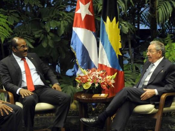 El General de Ejercito Raúl Castro Ruz (D), Presidente de los Consejos de Estado y de Ministros de Cuba, y Gastón A Browne (I), Primer Ministro de Antigua y Barbuda, y Ministro de Finanzas, durante las conversaciones oficiales, en el Palacio de la Revolución, en La Habana, Cuba, el 07 de diciembre de 2014. AIN FOTO/Abel PADRÓN PADILLA