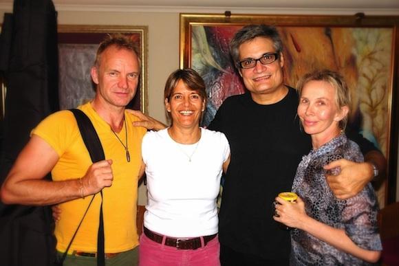 Sting, Amaury, Peti la esposa de Amaury y Trudie la esposa de Sting en la casa de Amaury y Peti en La Habana.
