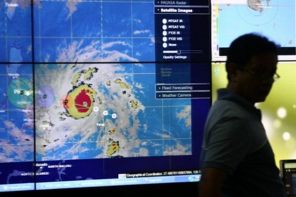 Un meteorólogo Observa el camino del tifón Hagupit, en las oficinas de la Administración de Servicios atmosféricos, Geofísicos Y Astronómicos de Filipinas (PAGASA, por sus siglas en español). Foto: Xinhua