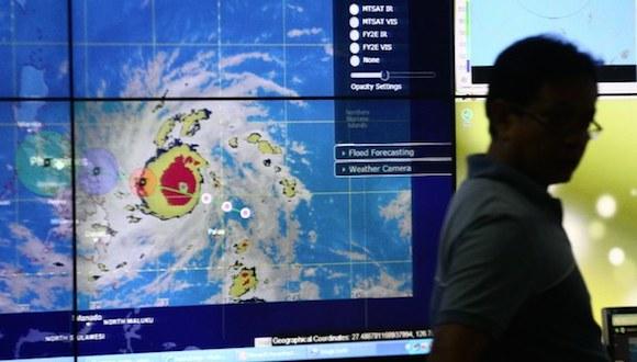 Un meteorólogo Observa el camino del tifón Hagupit en las oficinas de la Administración de Servicios atmosféricos, Geofísicos Y Astronómicos de Filipinas