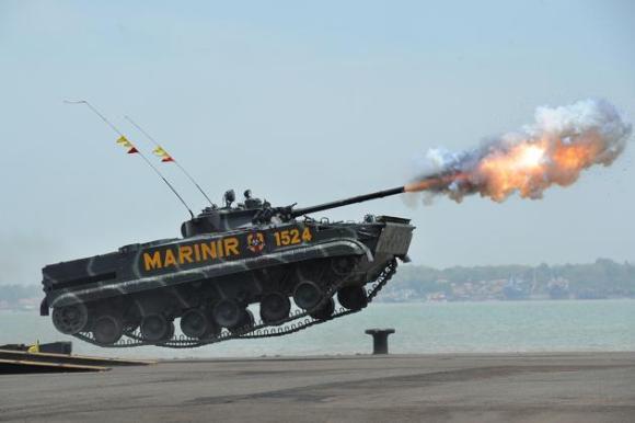 Un tanque de la Marina de Indonesia rebota tras disparar un misil durante la conmeoración del 69 aniversario de los cuerpos militares de la República, el 7 de octubre de 2014, en Surabaya, Indonesia. Robertus Pudya