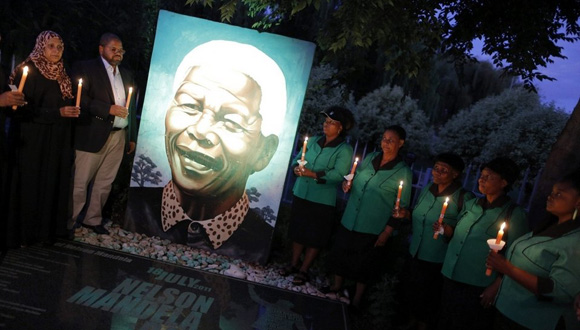 Varias-personas-encienden-vela-por Mandela