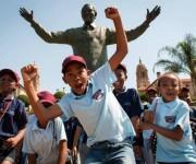 Varios niños sudafricanos durante la ceremonia de conmemoración a Mandela en Pretoria. Foto: AFP.