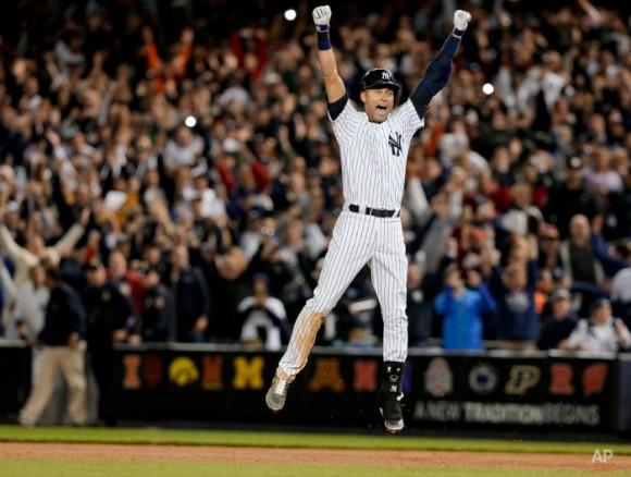 Yankees de Nueva York Derek Jeter salta después de golpear el único que gana el juego contra los Orioles de Baltimore en la novena entrada de un partido de béisbol, Jueves, 25 de septiembre 2014, en Nueva York. Los Yanquis ganaron 6-5. Fue el último partido en casa de Jeter de su carrera en el Yankee Stadium. (AP Photo / Julie Jacobson)