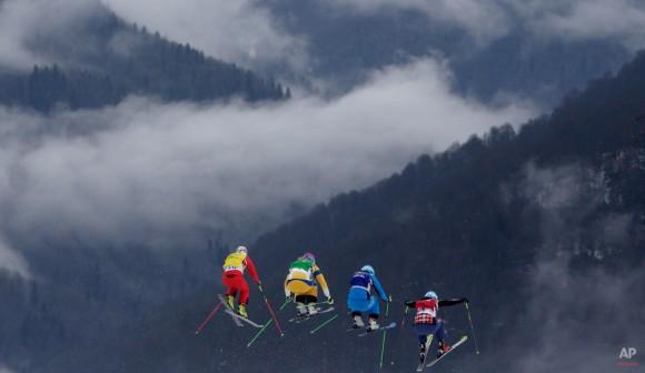 La suiza Fanny Smith, desde la izquierda, la sueca Anna Holmlund, de Austria Katrin Ofner y de Canadá Kelsey Serwa competir durante su carrera de esquí de fondo en los Juegos Olímpicos de Invierno de 2014, Viernes, 21 de febrero 2014, en Krasnaya Polyana, Rusia. (AP Photo / Matthias Schrader)