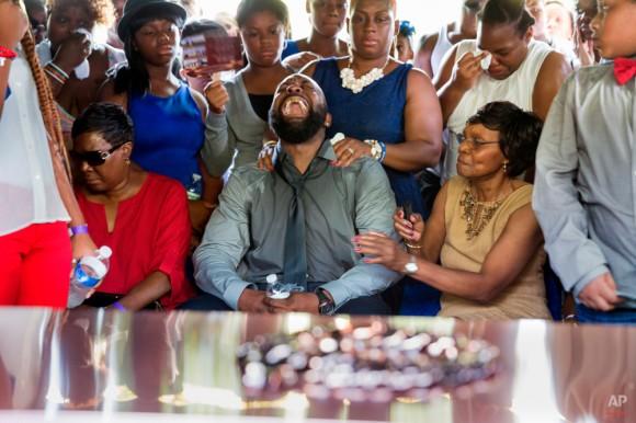 Michael Brown Sr. grita cuando el ataúd es bajado durante el funeral de su hijo Michael Brown en Normandía, Mo., Lunes, 25 de agosto de 2014. Cientos de personas se reunieron para decir adiós a Michael Brown, el 18-año- edad disparó y mató a 09 de agosto en un enfrentamiento con un policía que alimentó casi dos semanas de protestas callejeras. (Foto AP / New York Times, Richard Perry, Pool)