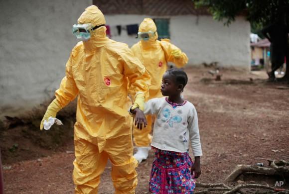 Con nueve años de edad, Nowa Paye es llevado a una ambulancia después de mostrar signos de la infección del Ébola en el pueblo de Freeman Reserva, a unos 30 kilómetros al norte de Monrovia, Liberia, martes 30 de septiembre de 2014. (Foto AP / Jerome Delay)