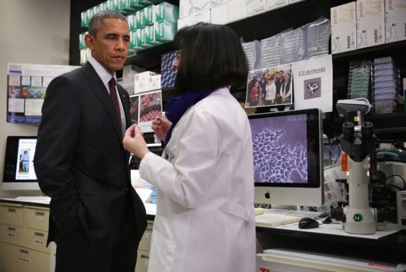 Obama dio su discurso después de visitar el centro del NIH situado en Maryland, donde se desarrolló una vacuna experimental contra el bola que ha superado con éxito el primer test en humanos. Foto: EFE