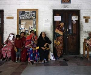 Varias personas hacen fila para recibir tratamiento en una clínica para los afectados por la catástrofe de Bhopal en 1984. Foto: REUTERS