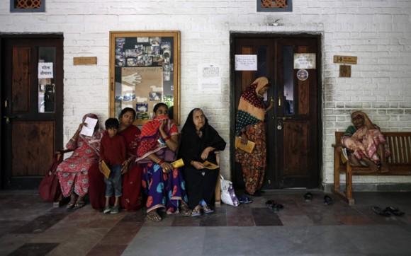 arias personas hacen fila para recibir tratamiento en una clínica para los afectados por la catástrofe de Bhopal en 1984. Foto: REUTERS