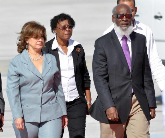 María Esther Reus, ministra de Justicia de Cuba recibió a Wilfred Elrington, ministro de Relaciones  Exteriores y Comercio Exterior de Belice, arribo a La Habana, para participar en la V Cumbre CARICOM-Cuba, en La Habana, el 7 de diciembre de 2014. AIN FOTO/Marcelino VAZQUEZ