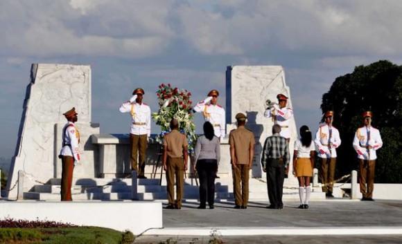 Acto político y ceremonia militar, encabezado por el General de Ejército Raúl Castro Ruz, Primer Secretario del Comité Central del Partido Comunista de Cuba y Presidente de los Consejos de Estado y de Ministros, se rindió honores hoy, al Lugarteniente General Antonio Maceo Grajales, en ocasión del aniversario 118 de su caída en combate, y el Aniversario 25 de la Operación Tributo, en el  Mausoleo El Cacahual, en La Habana, el 7 de diciembre de 2014. AIN FOTO/Marcelino VAZQUEZ HERNANDEZ/rrcc