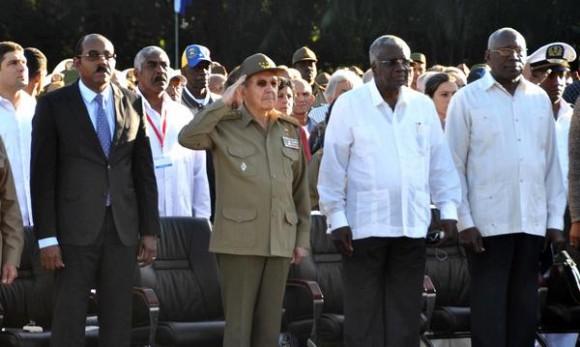 Acto político y ceremonia militar, encabezado por el General de Ejército Raúl Castro Ruz (CI), Primer Secretario del Comité Central del Partido Comunista de Cuba y Presidente de los Consejos de Estado y de Ministros, se rindió honores hoy, al Lugarteniente General Antonio Maceo Grajales, en ocasión del aniversario 118 de su caída en combate, y el Aniversario 25 de la Operación Tributo, en el  Mausoleo El Cacahual, en La Habana, el 7 de diciembre de 2014. AIN FOTO/Marcelino VAZQUEZ HERNANDEZ/rrcc