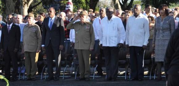 Acto político y ceremonia militar, encabezado por el General de Ejército Raúl Castro Ruz (C), Primer Secretario del Comité Central del Partido Comunista de Cuba y Presidente de los Consejos de Estado y de Ministros, se rindió honores hoy, al Lugarteniente General Antonio Maceo Grajales, en ocasión del aniversario 118 de su caída en combate, y el Aniversario 25 de la Operación Tributo, en el  Mausoleo El Cacahual, en La Habana, el 7 de diciembre de 2014. AIN FOTO/Marcelino VAZQUEZ