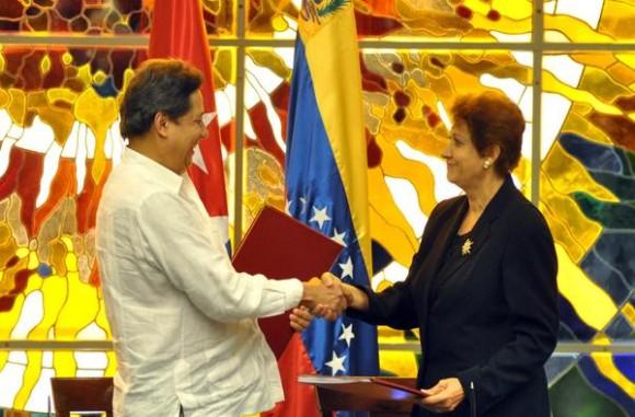 Firma de acuerdos entre Cuba y Venezuela, por la parte venezolana, Héctor Rodríguez (I), Vicepresidente para el Área Social y ministro del Poder Popular para la Educación Básica, y por la parte cubana Ena Elsa Velázquez, ministra de Educación ,durante la ceremonia de clausura de la XV Sesión de la Comisión Intergubernamenta entre estos dos paises, en el Palacio de la Revolución, el 13 de diciembre de 2014. AIN FOTO/Marcelino VAZQUEZ HERNANDEZ