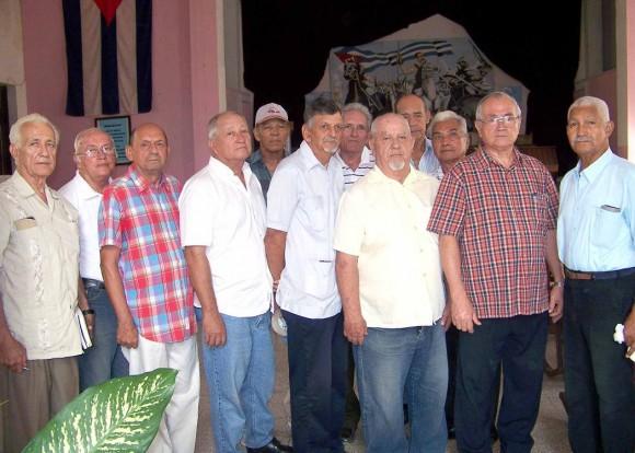 Los antiguos oficiales graduados de esta escuela en una imagen actual.