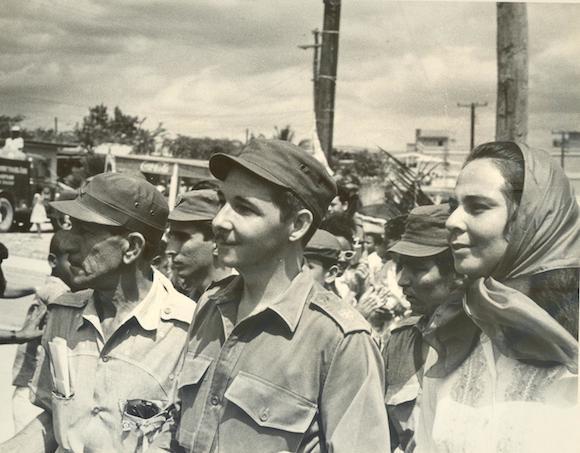 De las aulas de esta escuela de Moa, se graduaron el 31 de marzo de 1961 192 oficiales, que contó, como alto honor para los participantes, con la presencia en la graduación del ministro de las Fuerzas Armadas Revolucionarias, Comandante Raúl Castro Ruz. En la imagen, Raúl y Vilma Espín, compañera de luchas y de vida del General de Ejército.