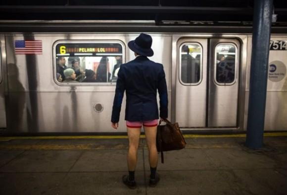 """Un hombre espera viajar durante el """"No Pants Subway Ride"""", celebración que se festeja el 12 de junio y que invita a viajar en subte sin pantalones. / Foto: elmeme.me"""