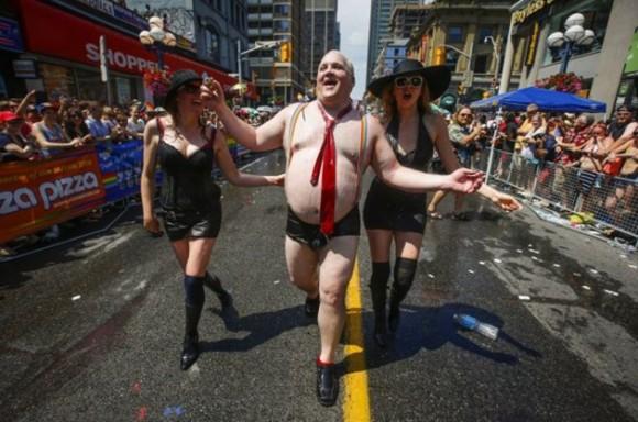 Un hombre se disfrazó del alcalde de Toronto, Rob Ford, para burlarse de él. El divertido hecho ocurrió durante el desfile del orgullo gay en junio. / Foto: elmeme.me
