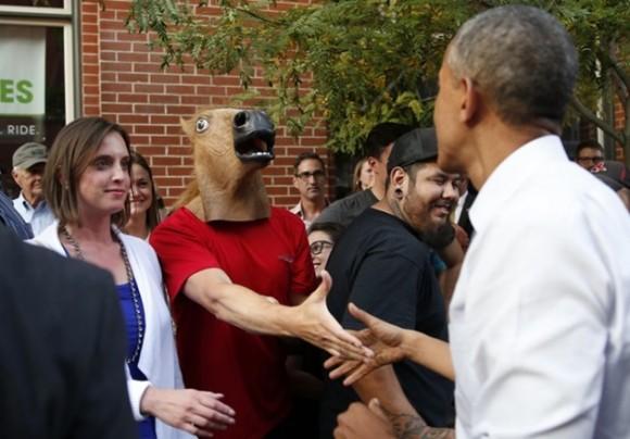 El 8 de julio, Barack Obama saluda a un hombre que lleva puesta una máscara de caballo, durante una caminata entre la gente. / Foto: elmeme.me