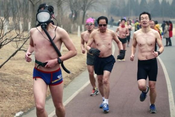 En febrero, un participante de una carrera en Beijing vestía una máscara de gas. Este evento se supone que apoya la promoción de un estilo de vida saludable, aunque no deja de verse afectado por la contaminación de la ciudad china. / Foto: elmeme.me
