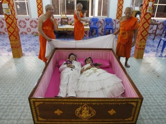 Tanapatpurin Samangnitit y su novia Sunantaluk Kongkoon están dentro de un ataúd durante una ceremonia de boda en Wat Takien templo en las afueras de Bangkok, durante el 14 de febrero. / Foto: elmeme.me