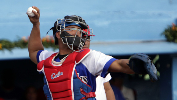 Frank Camilo, gana el tiro a segunda base. Foto: ismael Francisco/Cubadebate.