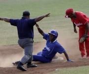 Miguel Rojas llega quieto a segunda base. Foto: ismael Francisco/Cubadebate.