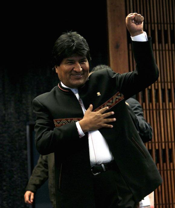 Evo Morales, presidente de Bolivia se despide de los graficos despues de la foto de familia. Foto: Ismael Francisco/Cubadebate.